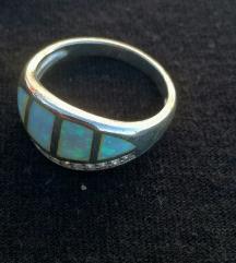 Posrebreni prsten bijeli fire opal vel. 8