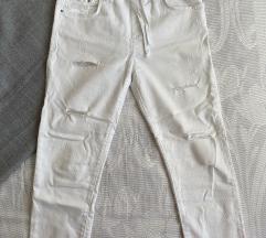 Bijele podrapane hlače