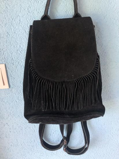 crni ruksak s resama