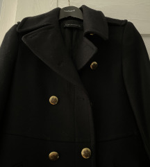 Crni kaput s gumbima