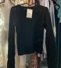 Bershka džemperić crni s etiketom