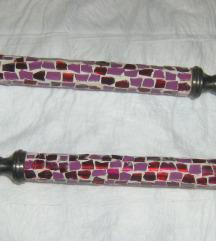 par masivnih svijećnjaka sa mozaikom