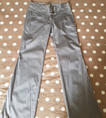 Sive hlače sa zanimljivim pojasom