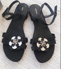 Nenošene crne ravne sandale s cvjeticem