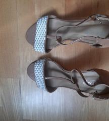 Sandale lakirane na petu