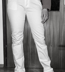 Bijele hlače ravnog kroja