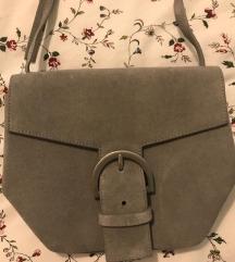 COS siva torbica sa ukrasnom kopčom srebrne boje