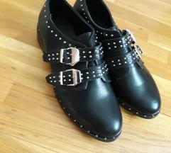 Nove crne cipele sa zakovicama
