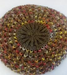 Tamnozelena pletena kapa u francuskom stilu