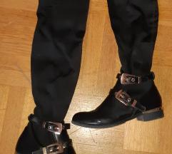 Crne cizme do iznad haljina
