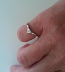 Srebrni prsten sa trokutastim cirkonom