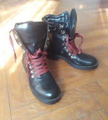 Nove crne čizme od umjetne kože