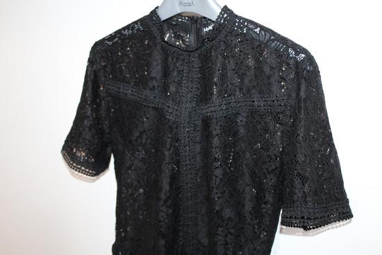 AMADEUS čipkasta bluza s volanom