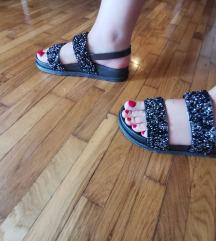 Ravne crne sandale sa šljokicama