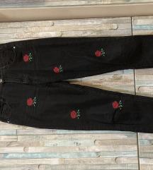 Crne traperice na ruže