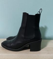 Prodajem lakirane crne cipele