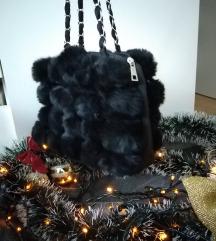Mala crna čupava torbica