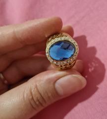 Zlatni prsten s plavim kamenom