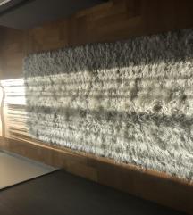 Čupavi bijeli tepih