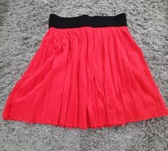 Crvena plisirana suknja