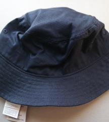 NOVO Benetton plavi dječji šeširić s etiketom