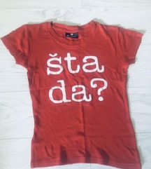Crvena majica s natpisom