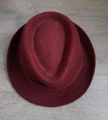 Bordo crveni šeširić