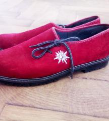 Crvene ženske cipele na vezanje