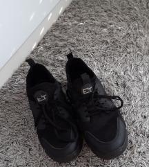 Povišene crne tenisice