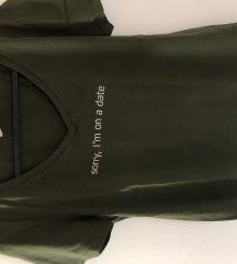Tamno zelena majica iz Zare sa  bijelim natpisom