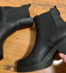 Crne kožne gležnjače čizme na petu