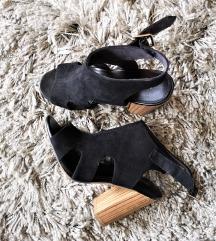 Crne otvorene cipele s drvenom petom