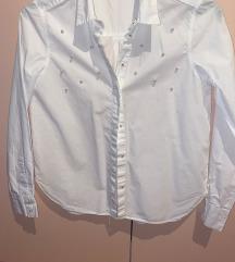 Bijela košulja s bisernim gumbima
