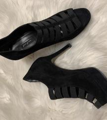 Crne cipele na petu otvorene