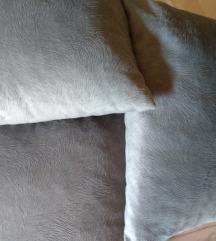 tri ukrasna jastuka