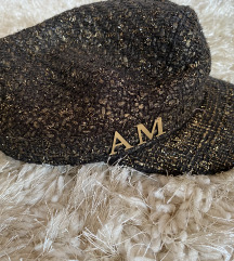 Kapa s inicijalima AM