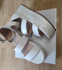 Bijele sandale na platformu