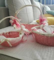 Tri rozo bijele pletene košarice