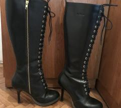 Crne Martens Gilda čizme na petu i vezanje