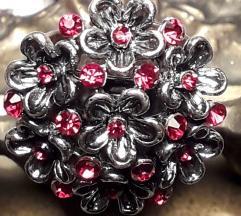 Atraktivan prsten sa šarmantnim cvjetićima