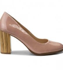 Roze cipele na petu