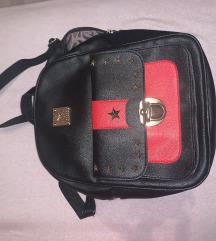 Crni ruksak s crvenim detaljima