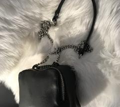 Zara crna torbica na remen