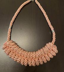Roza pletena ogrlica