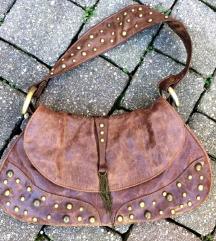 Smeđa torbica sa zakovicama