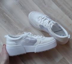 Nove bijele tenisice