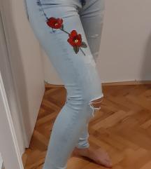 Hlače sa izvezenom ružom