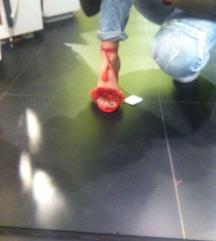 Crvene sandale na petu s resama