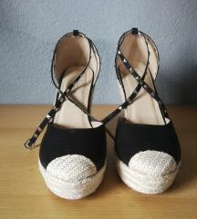 Zatvorene sandale na punu petu