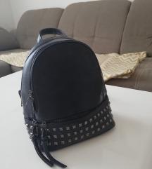 Tamno plavi ruksak sa zakovicama